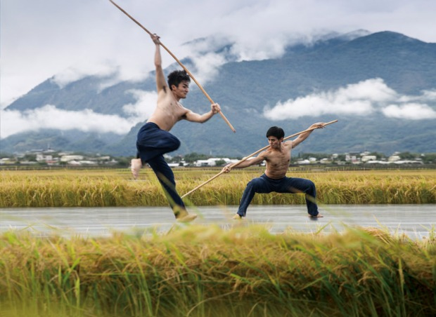 Cloud Gate Dance Theatre of Taiwan. Photo by LIU Chen-hsiang.  Dancers: LEE Tsung-hsuan, YU Chien-hung.